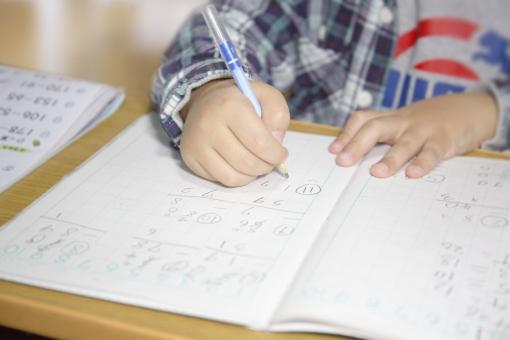 勉強する子供の手