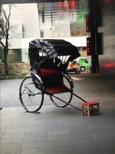 アマンカフェ入り口人力車
