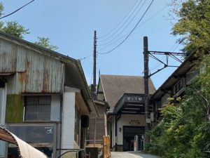 NARAYAカフェ前からみた坂ノ下駅