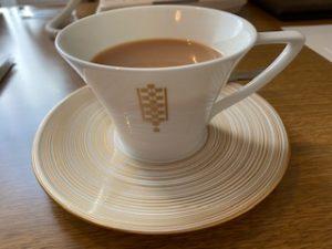帝国ホテルお部屋内で紅茶