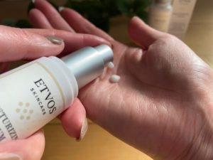ETVOS美容液使用中